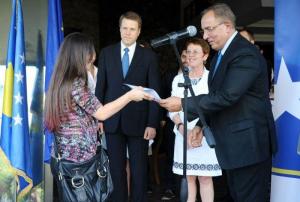 Besa Ismajli on July 19, 2012, receiving her EUA certificate from Kosovo MP Rame Buja and EUSR Samuel Zbogar.