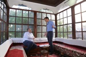 Tirana mayor Veliaj talking to Prishtina mayor Ahmeti at the Ethnographic Museum in Prishtina.|Photo courtesy of the Tirana Municipality.