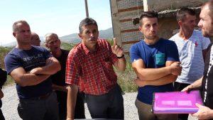 Ragip Grajcevci talking to his fellow villagers. | Photo: BIRN.