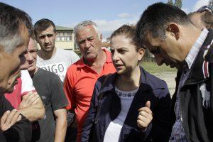 Dajana Berisha talking to the Hade inhabitants.   Photo Ridvan Slivova.