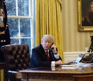 Trump in the Oval Office with the portrait of Andrew Jackson in the background. | Photo: AP Photo/Manuel Balce Ceneta via Beta.